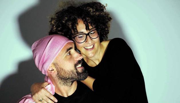 Mikel Echeverría (40 años) sonríe a su pareja,  Nerea Huarte (41), afectada por dos cánceres de mama en seis años.