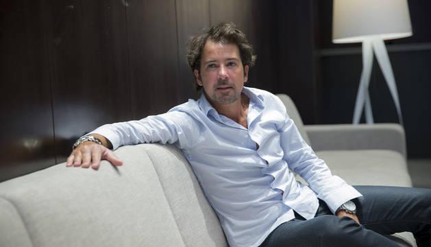 El autor Ignacio Lloret posa para esta entrevista, en el hall del Hotel Iruña Park de Pamplona.