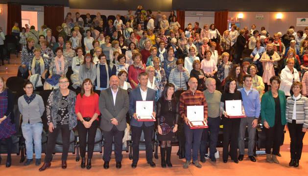 Los premiados Javier Gurpegui Insausti (Ingeteam), Roberto Pérez Elorza (programa Skolae) y doctora e investigadora Marta Alonso, entre los ponentes y delante del público.