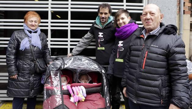 Patricia Caridad Lerena (segunda por la derecha), ayer junto a sus mellizas de un año, Laia y Ariane, su marido y sus padres.