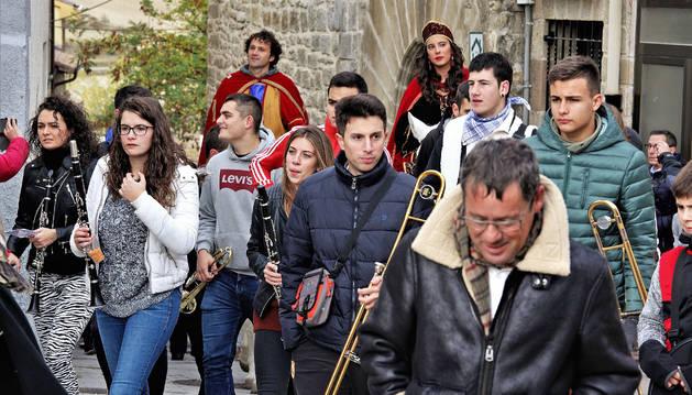 En el desfile de inauguración de la feria estuvo presente la banda de música de Aibar.