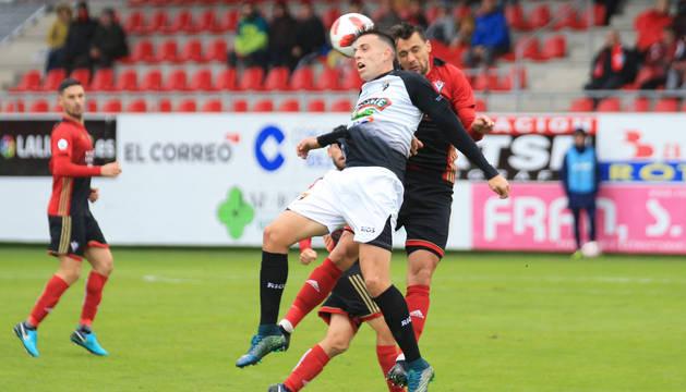 Un jugador del Tudelano y otro del Mirandés disputan un balón aéreo.