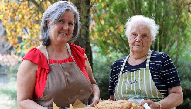 María Jesús Iriarte y su madre Camino Lusarreta posan en el jardín de la casa de Mutilva donde prepararon a dúo estas tortas de txantxigorri.