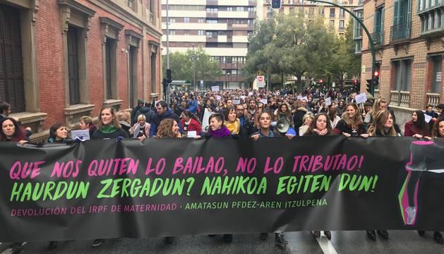 El grupo de madres y padres que reclaman la devolución del IRPF se ha manifestado este sábado en Pamplona para reclamar el IRPF por las bajas de maternidad.