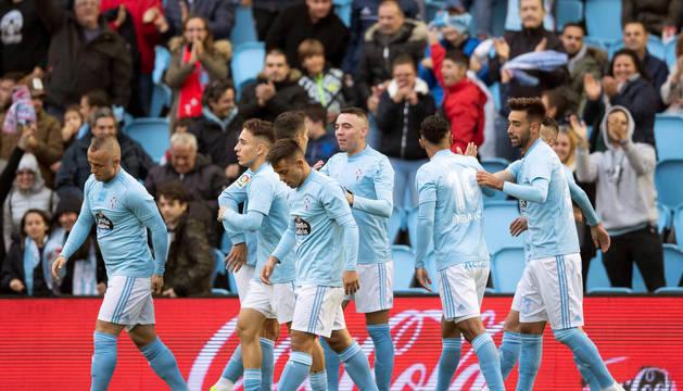Jugadores del Celta felicitan a Iago Aspas, autor de tres goles.