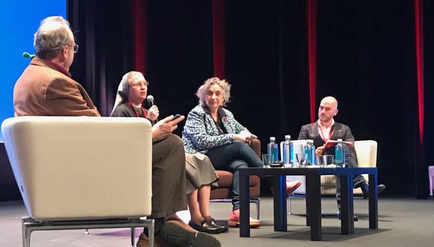 David Perkins dirige la última mesa redonda del congreso acompañado de Monika Horch, Carmen Pellicer y Raúl Azpilicueta.