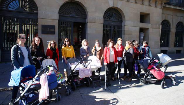 Algunas de las madres que reclaman la devolución del IRPF retenido, antes de su reunión con la presidenta Uxue Barkos del pasado martes en el Palacio de Navarra.