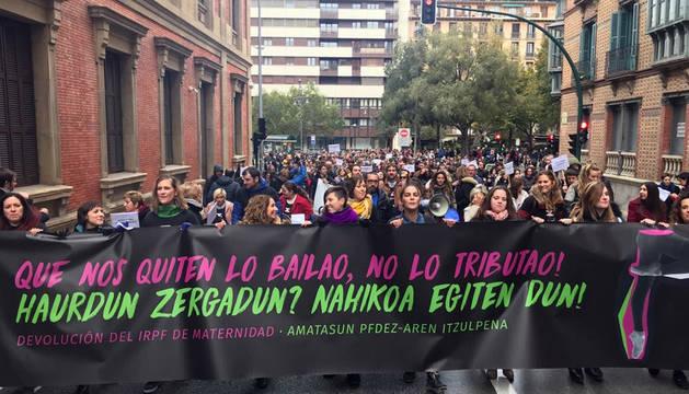 Cabeza de la manifestación, tras la salida del Parlamento de Navarra.