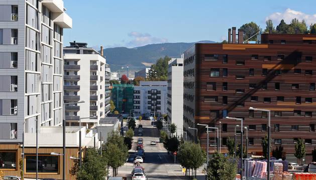 Vista de una calle del nuevo barrio de Lezkairu  en la capital navarra. Muchos vecinos habrán firmado hipoetca.