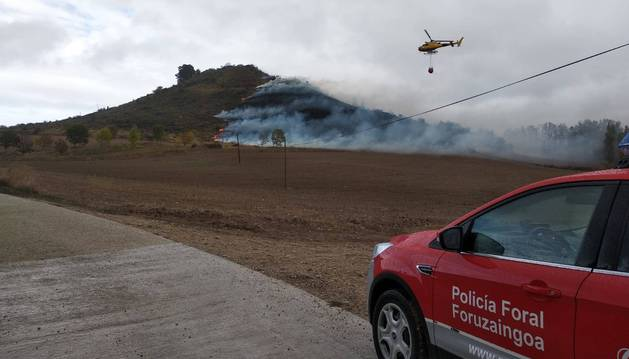 Labores de extinción del fuego en Muru-Astráin.