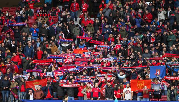Medio millar de seguidores rojillos acompañaron a Osasuna en el Wanda Metropolitano. Antes del choque alzaron las bufandas.