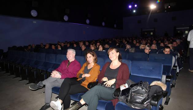 De izda. a dcha., el concejal Javier Gómez, Marta Díaz y Aintza Serra, delante del público.