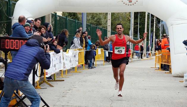 Iván Muñoz levanta los brazos al llegar a meta como ganador.