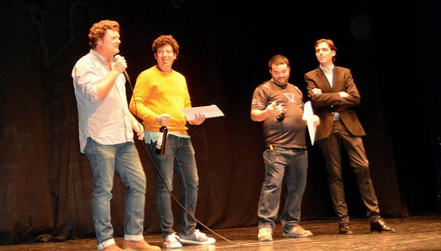 Entrega de los diplomas. De izquierda a derecha, los cineastas Álvaro González, Donald Navas Zeledón y Miguel Ángel Luque, y el director del festival, Miguel Suárez del Cerro.