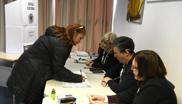 Una mujer vota en una de las urnas instaladas en la Casa do Brasil de Madrid.