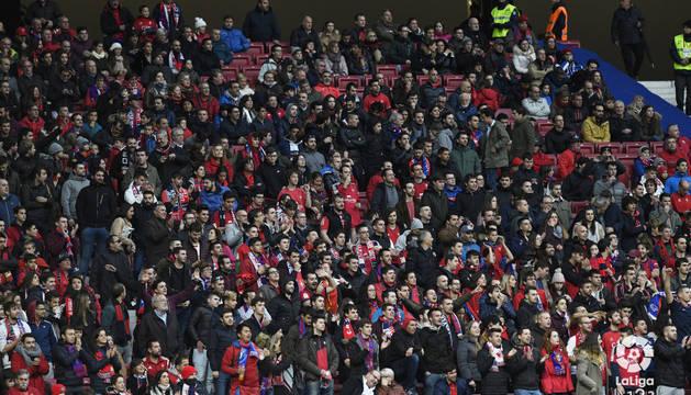Aficionados de Osasuna en el Wanda Metropolitano.