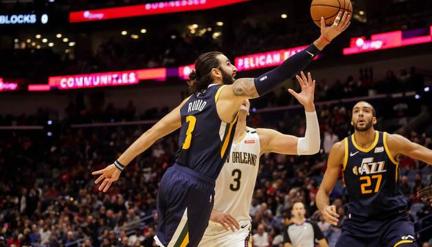 Ricky Rubio entra a canasta ante la defensa de New Orleans Pelicans.