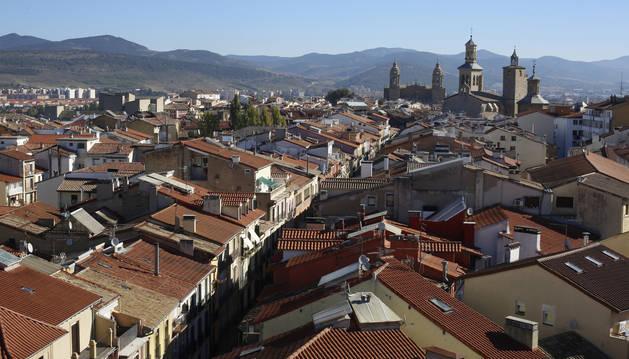 Vista general de Pamplona y, en concreto, del Casco Viejo. En primer plan, tejados de la calle Mayor. Al fondo, la catedral.