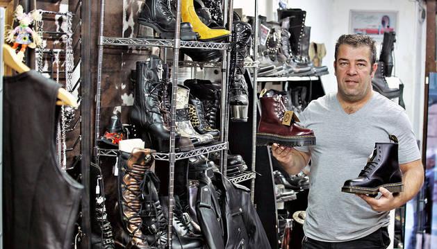 Javier Tejerina en el interior de su tienda dedicada a botas camperas, Sante Boots, en la calle Nueva.