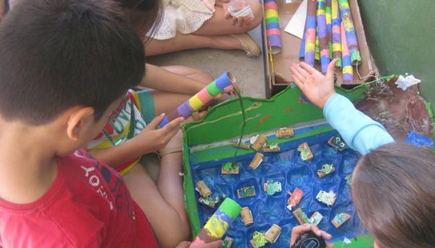 Un grupo de escolares jugando durante el recreo.