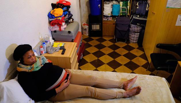 Philomena, el sábado por la mañana en la habitación que comparte con su hijo Nicolás, de 9 años.