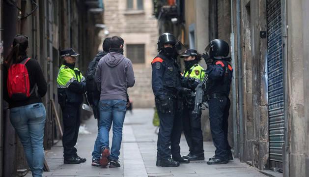 Operación de los Mossos contra los 'narcopisos' en Barcelona