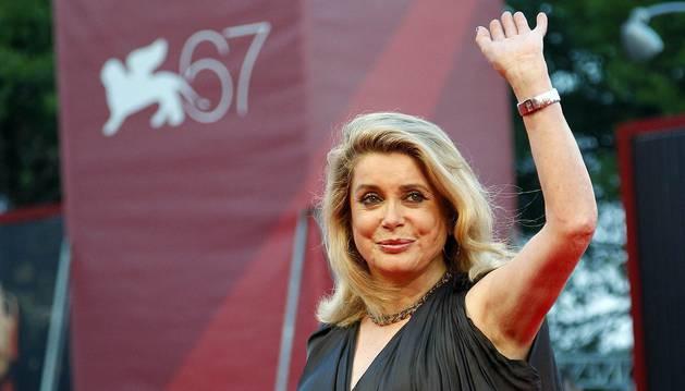 Catherine Deneuve venderá sus vestidos de Yves Saint Laurent en Christie's