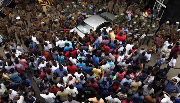 Enfrentamientos entre Policía y seguidores del ex primer ministro en Sri Lanka