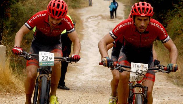 Dos corredores del Metalgraf, durante la prueba de Muniáin.
