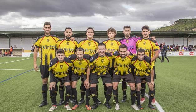 Algunos de los jugadores de la plantilla del primer equipo de La Peña Azagresa, en el campo de fútbol Miguel Sola.