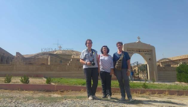Desde la izda.: Fátima Orbe, Maconcha Orbe Sivatti y Nuria Armendáriz Moreno, en Karemlass, en la Llanura de Nínive.