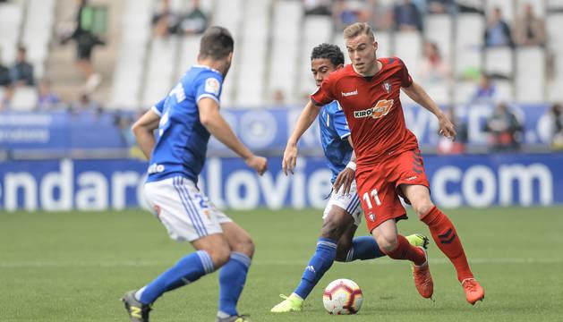 Carlos Clerc se zafa de Bárcenas en el partido ante el Oviedo disputado el 20 de octubre.