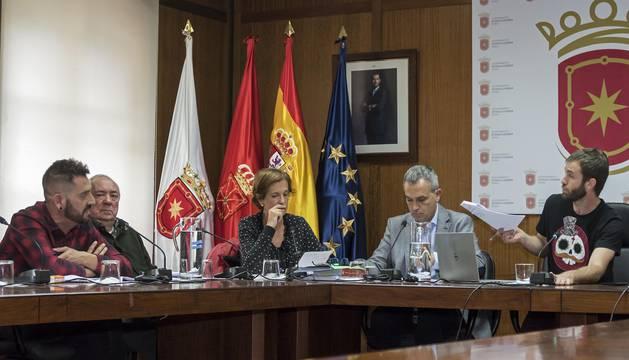 El pleno de Estella,  durante las intervenciones del alcalde y del portavoz regionalista, Javier López.