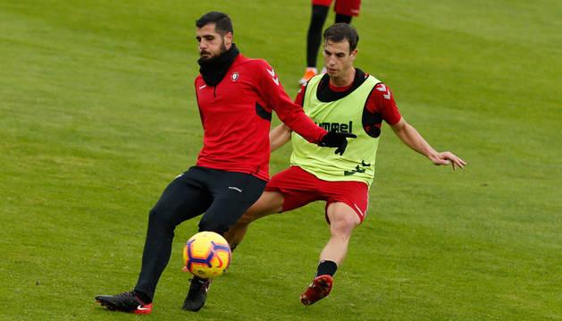 foto de Iñigo Pérez presiona al catalán Fran Mérida, durante la sesión de entrenamiento de ayer en Tajonar.