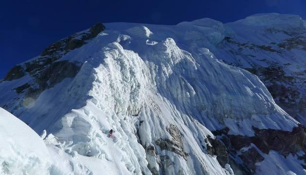 """A pesar de que no llega a la altura de otras cumbres, el Drangna Ri es un pico técnico y con una ascensión """"muy física y comprometida"""". Más aún al realizarla en estilo alpino."""