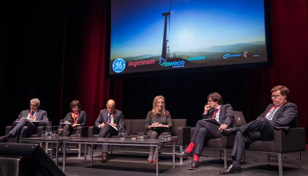 foto de Enrique Teruel (Nordex Spain); Ana Goyén (Ingeteam); Enrique Pedrosa (Siemens Gamesa); Izaskun Goñi (directora general de Política Económica); Iñigo Ayerra (Naweco); y Antonio Bescós (General Electric).