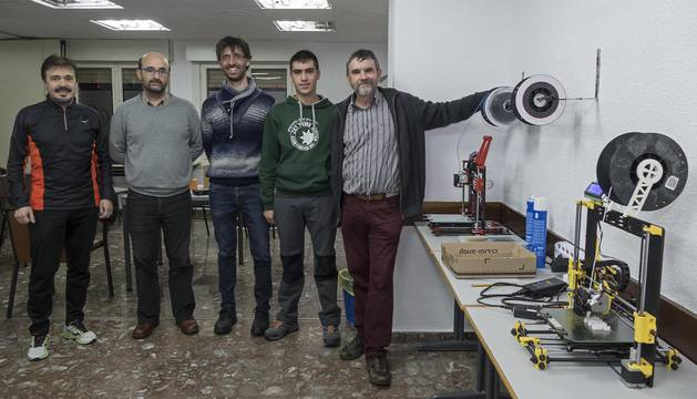 Desde la izquierda, Iñaki Torralba, Jesús Pérez, Josu Sueskun, Andrés Garde y Ángel Marco, en el nuevo espacio maker de Estella.
