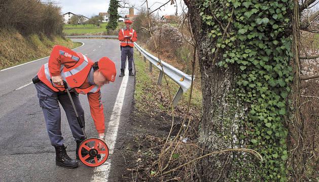 Policías forales hacen mediciones en el lugar donde se había producido un accidente.