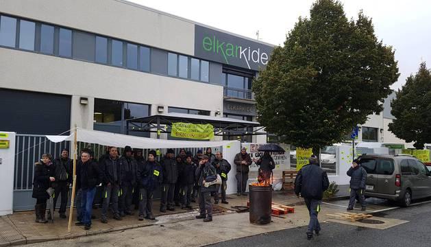 Trabajadores de Elkarkide durante una de las jornadas de protesta.