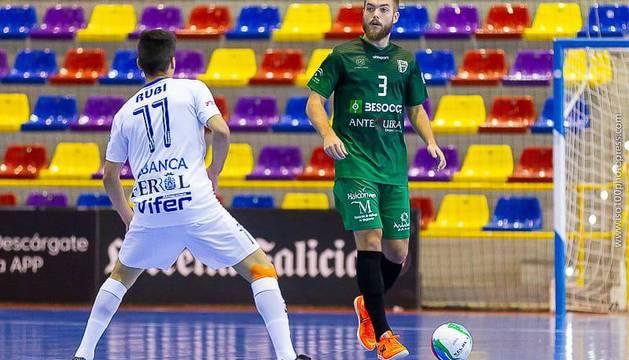 El cierre Víctor Arévalo, con el balón, se enfrentará hoy a Osasuna Magna, donde jugó seis temporadas.