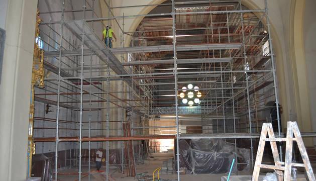 Durante este mes, el interior de la parroquia está invadido por los andamios instalados para pintarla.