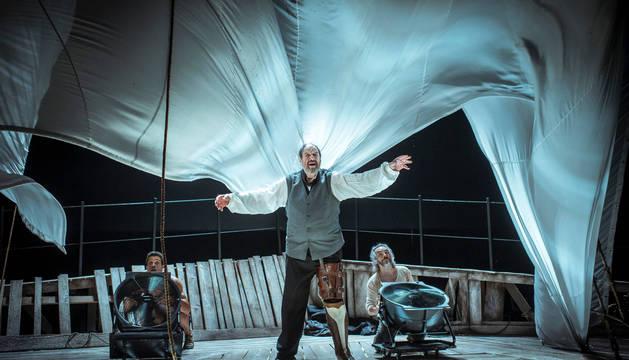 Josep María Pou, en una de las escenas del espectáculo Moby Dick, en el que da vida al capitán Aahd, uno de los personajes que, según el actor, más le exige fisica y mentalmente.