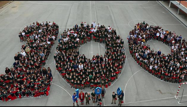 Alumnos de todos los niveles forman el número cien en el colegio, en Ermitagaña, este octubre.