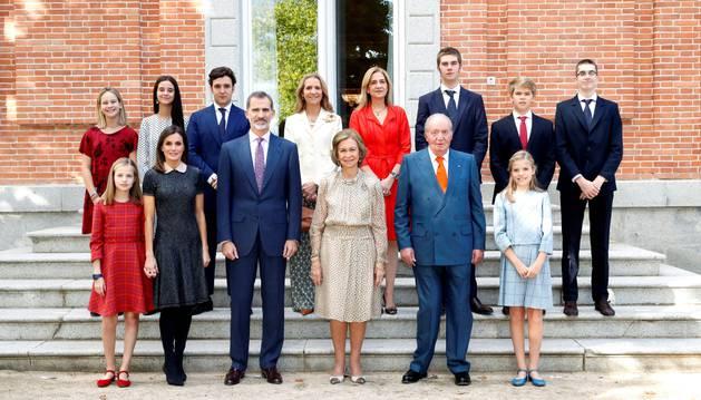 Foto de los integrantes de la Familia Real posan en el almuerzo familiar en el Palacio de La Zarzuela con motivo del 80 aniversario de Su Majestad la Reina Doña Sofía.