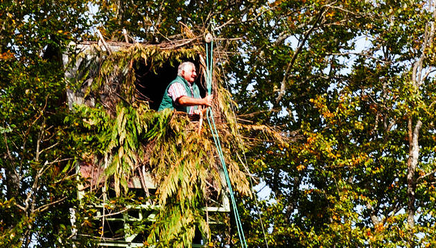 El veterano palomero Gerardo Damboriena otea el horizonte desde la trepa Haritza.