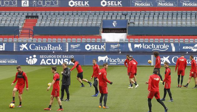 Los jugadores de Osasuna calientan alrededor de Jagoba Arrasate al inicio del entrenamiento a puerta cerrada ayer en El Sadar.