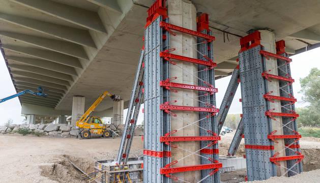 Imagen de los trabajos que se están llevando a cabo con los dos pilares afectados con unas estructuras auxiliares.