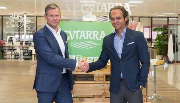 Anders Lindgren (izquierda), vicepresidente de Tetra Recart, de Tetra Pak, con Eduardo López Milagro, consejero delegado de Gvtarra, en la planta de Villafranca.