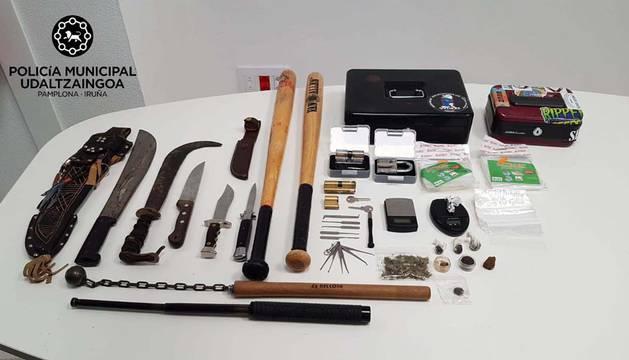 Las armas y la droga incautada por la Policía Municipal en una bajera de la Txantrea.