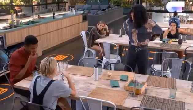 La imagen, captada del videl de Twitter, muestra el momento en que Natalia aparece en el comedor con la blusa que ha comprado en los Traperos de Emaús. Sus compañeros le alaban el gusto y se sorprenden.